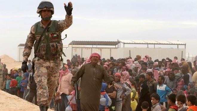 Quân đội Jordan hướng dẫn dân tị nạn Syria nhận lương thực cứu trợ