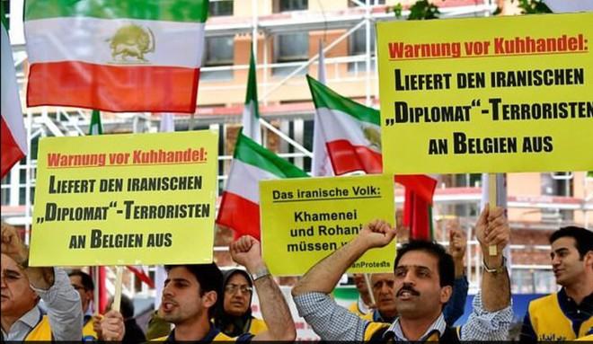Các nhà hoạt động thuộc Hội đồng kháng chiến quốc gia Iran (NCRI) tại Đức tham gia biểu tình ngày 11-7-2018