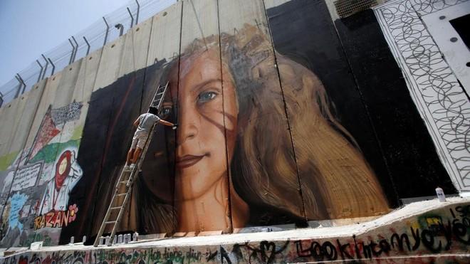 Các họa sĩ Italy vẽ bức tranh nữ anh hùng người Palestin Ahed Tamimi