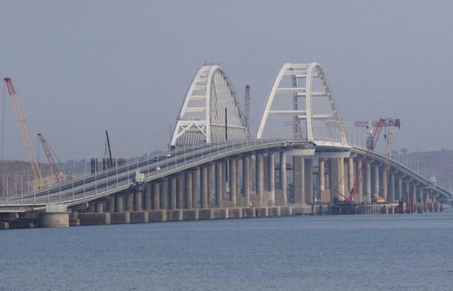 Xe ô tô chạy trên cây cầu được xây dựng để nối liền Nga với bán đảo Crime qua eo biển Kerch, ngày 16-5-2018