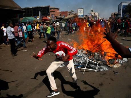 Những người ùng hộ MDC đốt lửa phản đối kết quả bầu cử