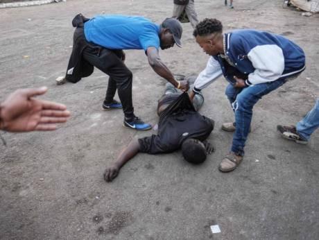 Một người biểu tình trúng đạn của cảnh sát