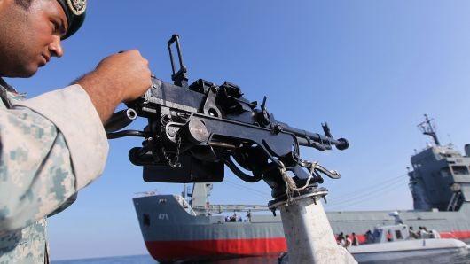 Binh sĩ Iran đứng gác trên tàu chiến