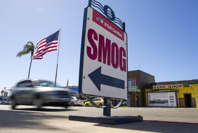 Xe ô tô chạy qua địa điểm thử nghiệm khí thải ở Oceanside, California, Hoa Kỳ