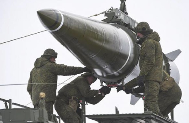 Binh sĩ Nga vận chuyển đầu đạn Iskander-M