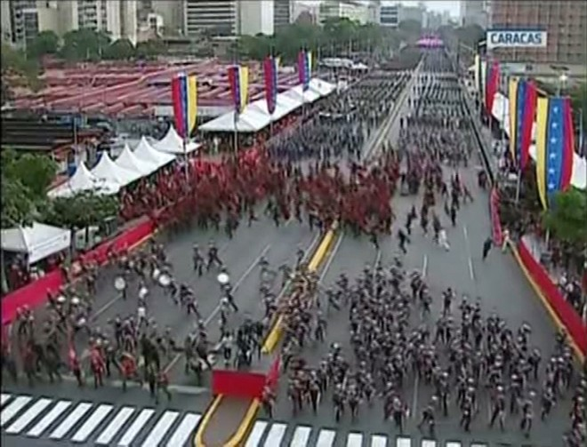 Quang cảnh buổi lễ kỷ niệm 81 năm thành lập Lực lượng Vệ binh quốc gia Venezuela sau khi có tiếng nổ