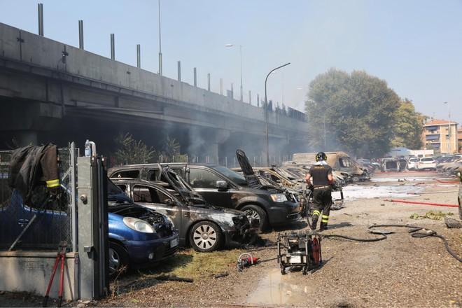 Nhiều xe ô tô cháy biến dạng trong vụ nổ