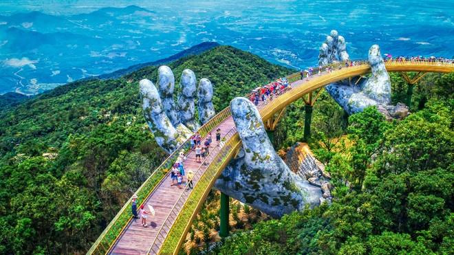 Vẻ đẹp của cây cầu Vàng tại Bà Nà Hill, Đà Nẵng