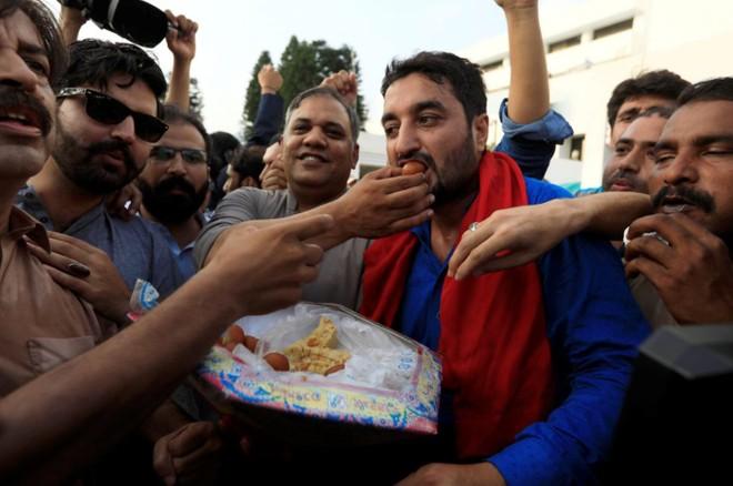 Những người ủng hộ ông Khan vui mừng trước chiến thắng của Pakistan Tehreek-i-Insaf