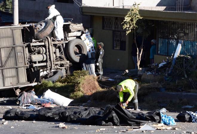 Cảnh sát đang dỡ số thuốc phiện trong xe gặp tai nạn