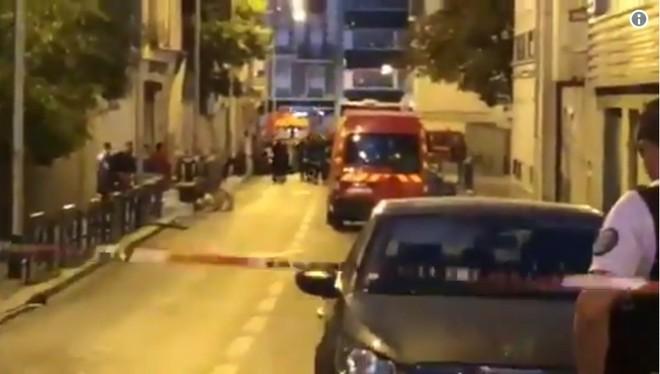 Cảnh sát và nhân viên cứu hỏa phong tỏa hiện trường vụ cháy nhằm thực thi nhiệm vụ