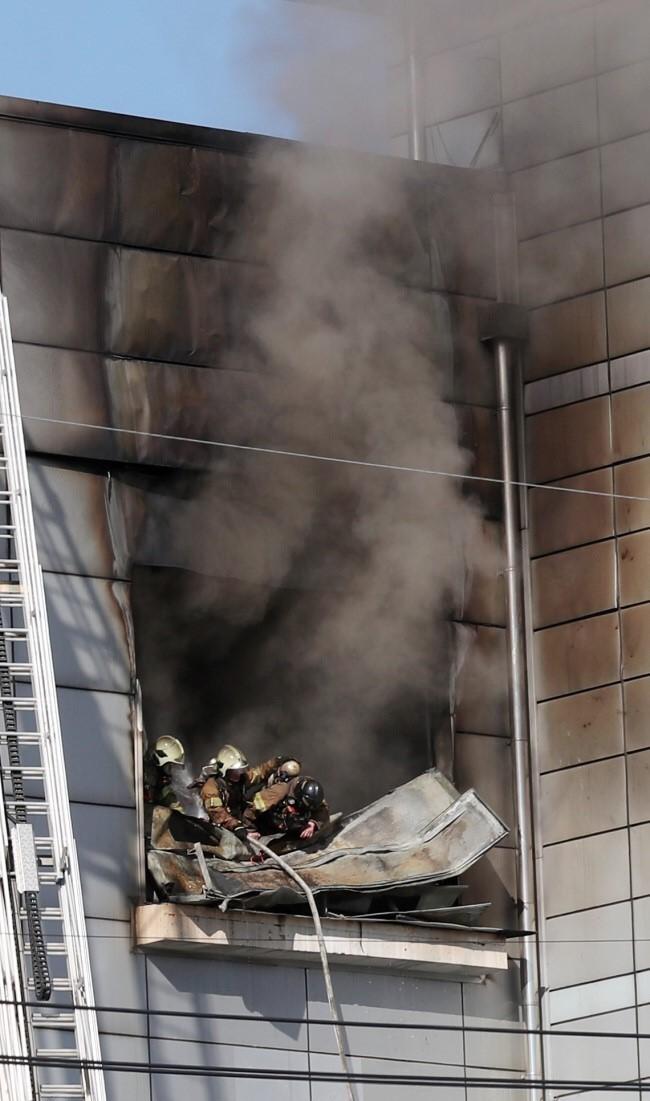 Lực lượng cứu hỏa nỗ lực cứu người