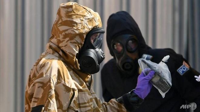 Cảnh sát thu thập chứng cứ trong vụ đầu độc tại Salisbury