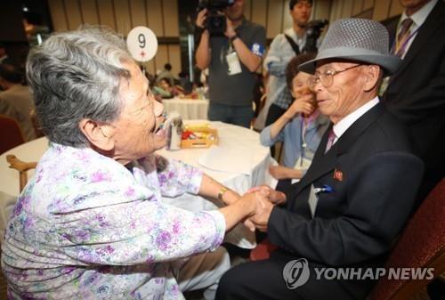 Những hình ảnh xúc động trong lần đoàn tụ lần thứ 21 các gia đình ly tán trong chiến tranh Triều Tiên