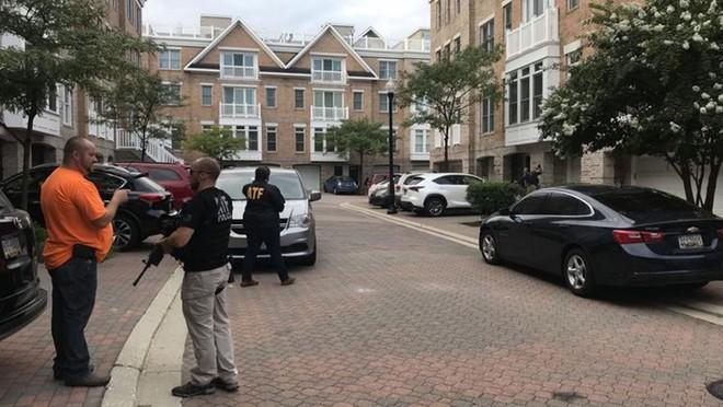 Cảnh sát khám xét căn hộ của David Katz