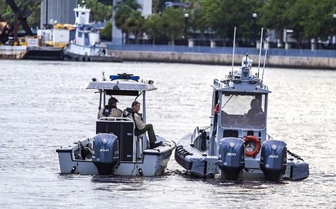 Cảnh sát tuần tra bên ngoài trung tâm mua sắm ngoài trời Jacksonville Landing