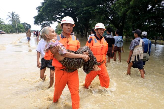 Lực lượng cứu hộ giúp sơ tán dân
