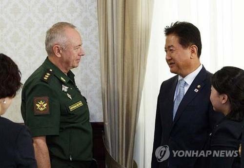 Thứ trưởng Quốc phòng Hàn Quốc Suh Choo-suk (phải) và người đồng cấp Nga Alexander Fomin tại Moskva hôm 28-8