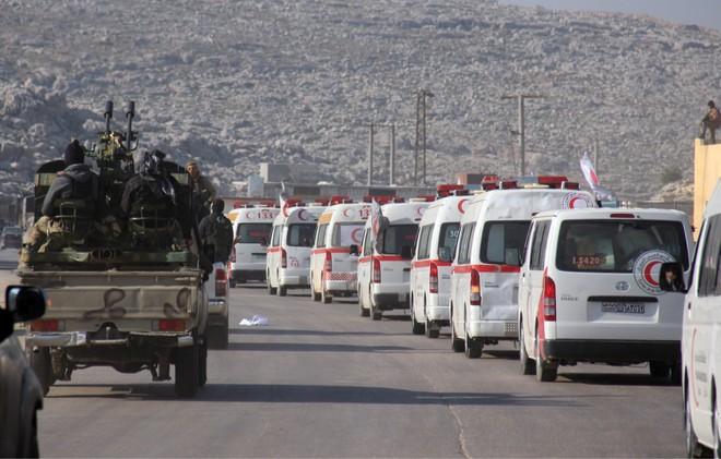 Nhiều xe cứu thương di chuyển cùng đoàn xe quân sự