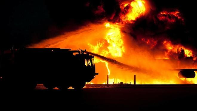Xe cứu hỏa đang phun nước dập đám cháy