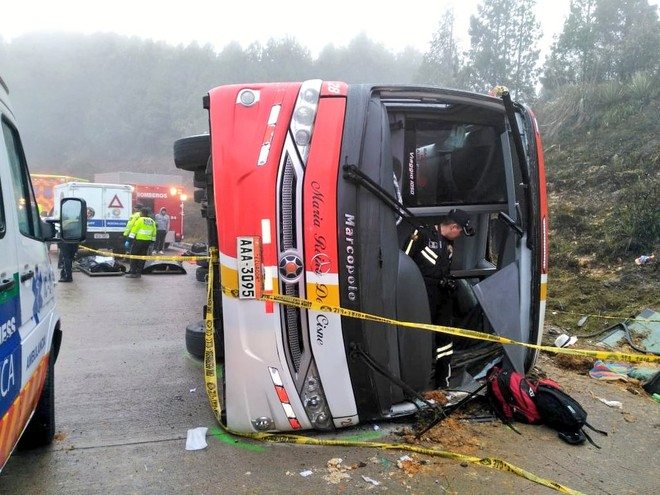Xe khách gặp nạn lật nghiêng