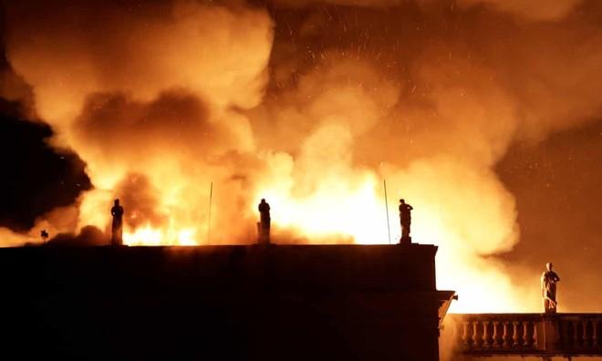 Ngọn lửa lớn thiêu rụi công trình Viện bảo tàng quốc gia của Brazil