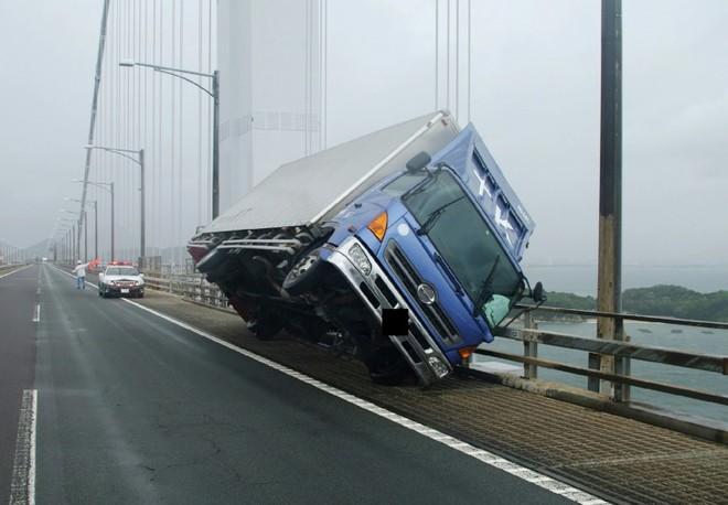 Một chiếc xe tải bị lật do gió bão trên cầu Seto Ohashi ở Sakade