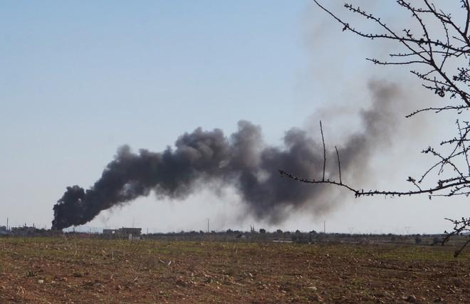 Khói bốc lên sau cuộc không kích vào khu vực Hama