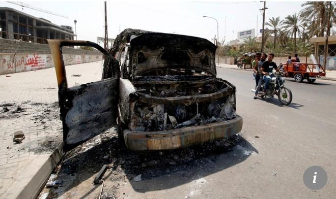 Một chiếc xe cứu thương bị cháy trên đường phố Basra