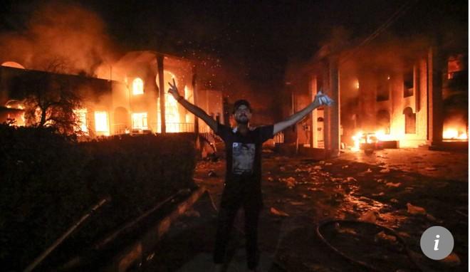 Một người biểu tình ở Iraq bên ngoài lãnh sự Iran đang cháy