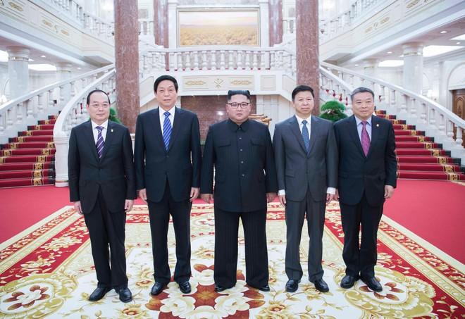 Phái đoàn Trung Quốc do ông Lật Chiến Thư (thứ 2 từ trái sang), Ủy viên trưởng Ủy ban thường vụ Đại hội Đại biểu nhân dân toàn quốc Trung Quốc thăm Triều Tiên