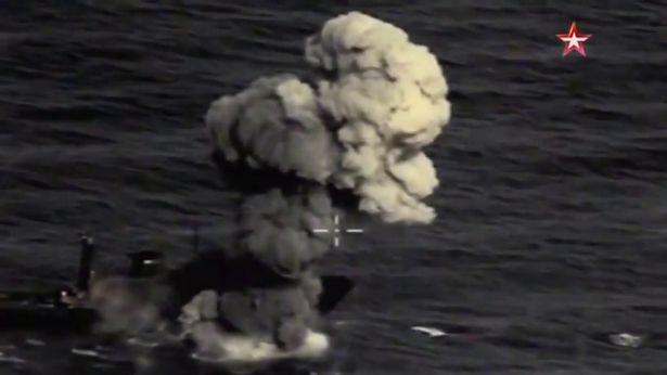 Hình ảnh cho thấy tên lửa Kh-35U bắn trúng mục tiêu ngoài khơi