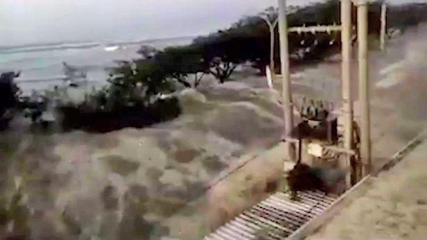 Con sóng lớn ập vào hòn đảo Sulawesi, Indonesia