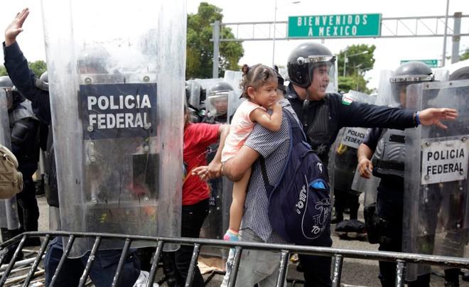 Những người di cư bị ngăn cản bởi lực lượng Cảnh sát Mexico hôm 19/10