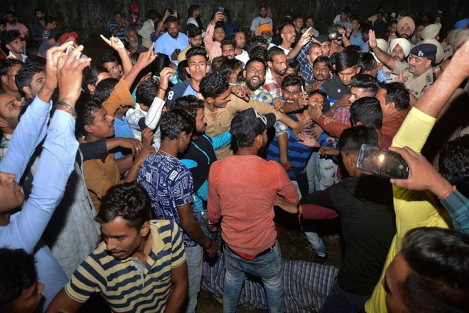 Đám đông nổi giận cáo buộc nhà chức trách không lường trước thảm họa khi tổ chức lễ hội gần đường ray