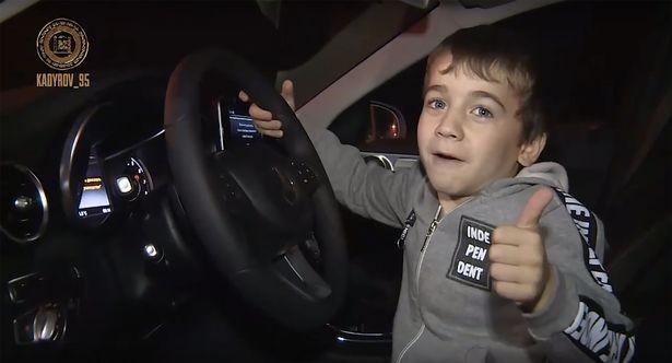 Với thành tích của mình, cậu bé đã giành được một chiếc xe Mercedes trị giá hơn 8.3 tỷ đồng.