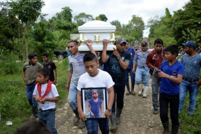 Một cậu bé mang hình ảnh của Jakelin Caal, 7 tuổi, người Guatemala đã chết trong một bệnh viện ở Texas hai ngày sau khi bị các nhân viên tuần tra biên giới Hoa Kỳ bắt giữ ở một vùng xa xôi của sa mạc New Mexico