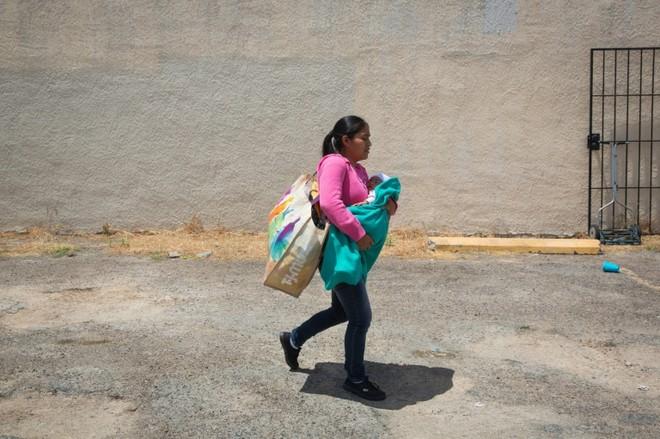 Một phụ nữ nhập cư Guatemala và con gái sơ sinh của cô, được thả ra khỏi nhà tù ở McAllen, Texas, và rời trung tâm cứu trợ vào ngày 17/6/2018