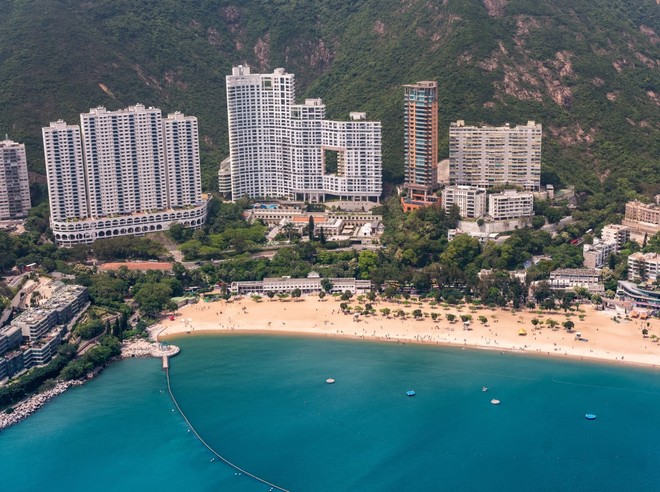 """Bí mật ẩn giấu sau những """"lỗ hổng lạ lùng"""" chỉ có ở Hồng Kông"""