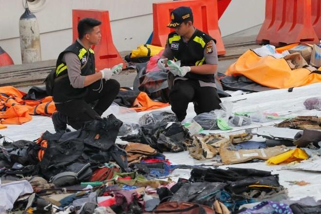 Nhân viên cứu hộ đang phân loại đồ dùng của nạn nhân chuyến bay Lion Air JT610