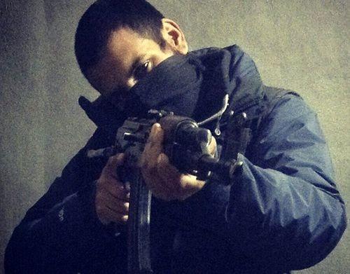 Nam thanh niên người Anh, Junaid Hussain, sử dụng Twitter để xác định những tân binh tiềm năng có thể bị thuyết phục để duy trì các cuộc tấn công ở phương Tây. Hussain đã thiệt mạng trong cuộc tấn công bằng máy bay không người lái năm 2015 của Mỹ ở Raqqa, Syria.