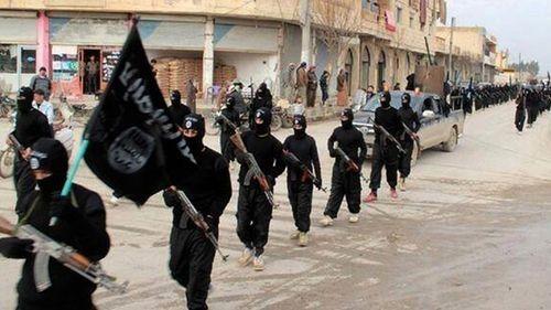 Các phiến binh từ nhóm Nhà nước Hồi giáo, diễu hành ở Raqqa, Syria