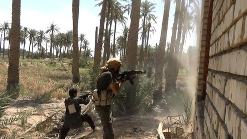 Hình ảnh được đăng tải bởi đội quân truyền thông của Tổ chức Nhà nước Hồi giáo tự xưng năm 2016, các tay súng IS chiến đấu với lực lượng Iraq và các đồng minh của họ ở phía tây Fallujah, Iraq