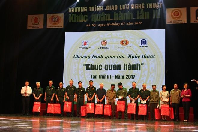 BTC tặng quà cho các cựu chiến binh, gia đình chính sách, người có công với Cách mạng