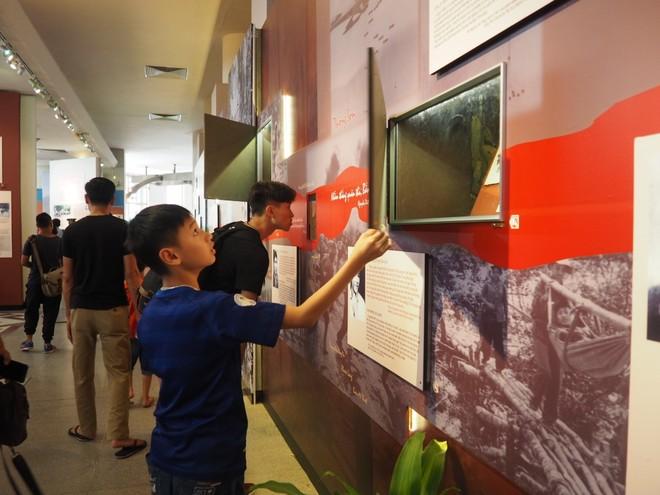 Tại trưng bày, đằng sau mỗi câu chuyện là một ô kính chứa kỷ vật thời chiến
