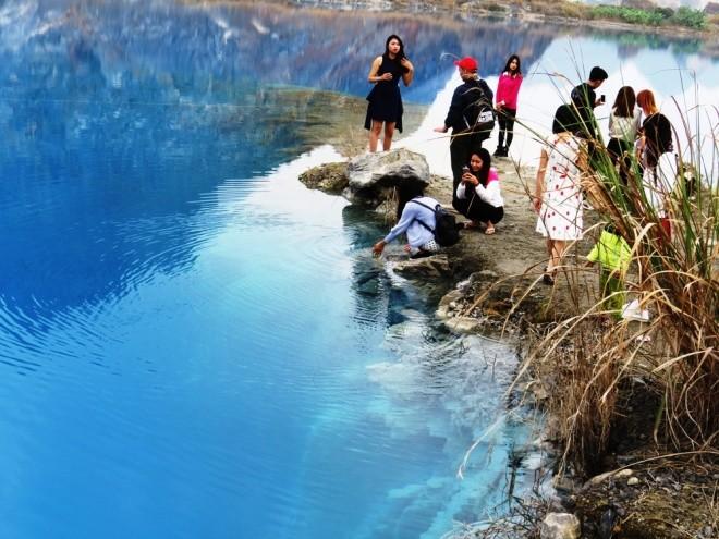 Hồ nước xanh mang vẻ đẹp thơ mộng nhưng tiềm tàng nguy hiểm khó lường