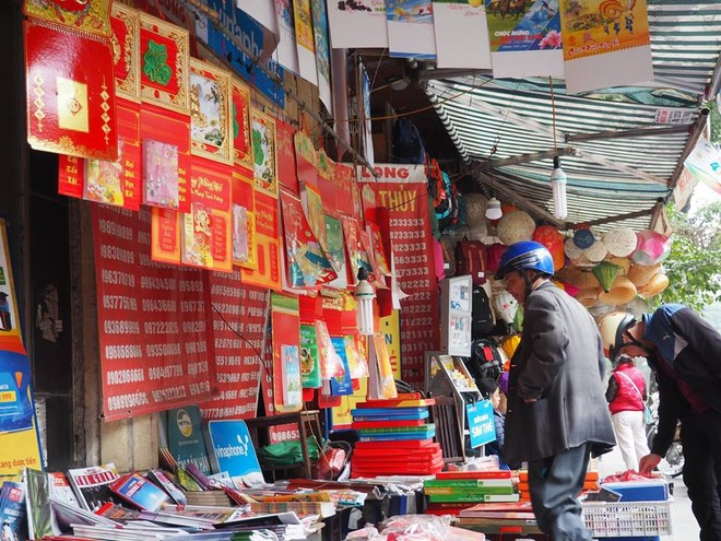 Những cuốn lịch đỏ rực trên đường phố Hà Nội