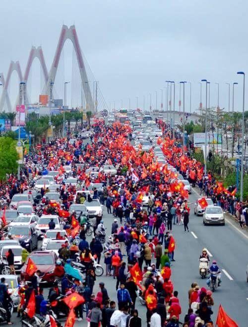 Hình ảnh người người dân chờ mong đoàn diễu hành tại cầu Nhật Tân