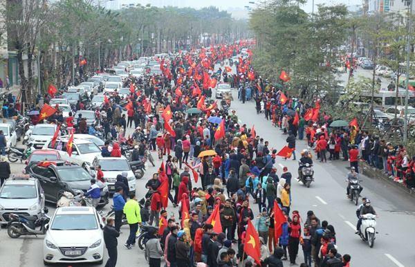 Hình ảnh về con đường Võ Chí Công ngày càng đông người dân liên tục được người dùng Facebook cập nhật