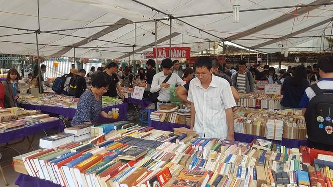 Triển lãm sách về Chủ tịch Hồ Chí Minh tại hội sách cũ Hà Nội ảnh 1